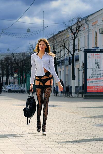 zhena-v-chulkah-na-ulitse-tolko-foto-russkoe-chastnoe-selskoe-porno